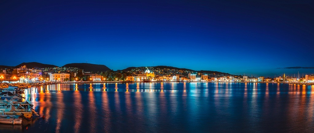 Isla de Lesbos en el archipiélago de las Islas Egeas del Norte. Vista nocturna de Mitlene, en la isla de Lesbos en el archipiélago de las Islas Egeas del Norte.