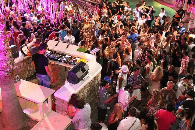 La fiesta y el ambiente son especialmente animado en Mykonos, pero también en otras islas.