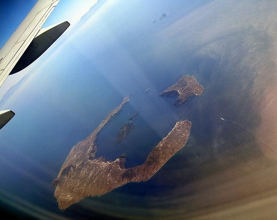 Santorini desde el cielo. Se observa claramente la caldera inundada del volcán.