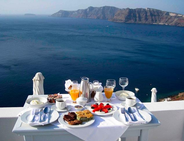 Un desayuno frente a la caldera del antiguo volcán de Santorini.