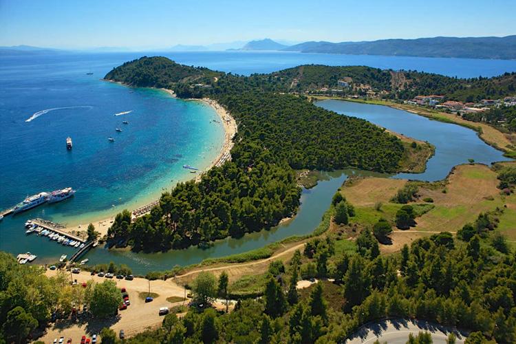 Playa de Koukounaries en Skiathos